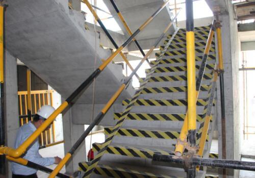楼梯,电梯井装有护栏,以保护工作人员安全